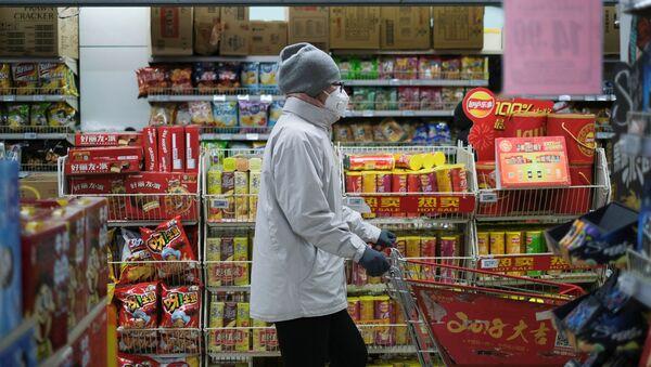 Женщина в защитной маске в китайском супермаркете - Sputnik Грузия