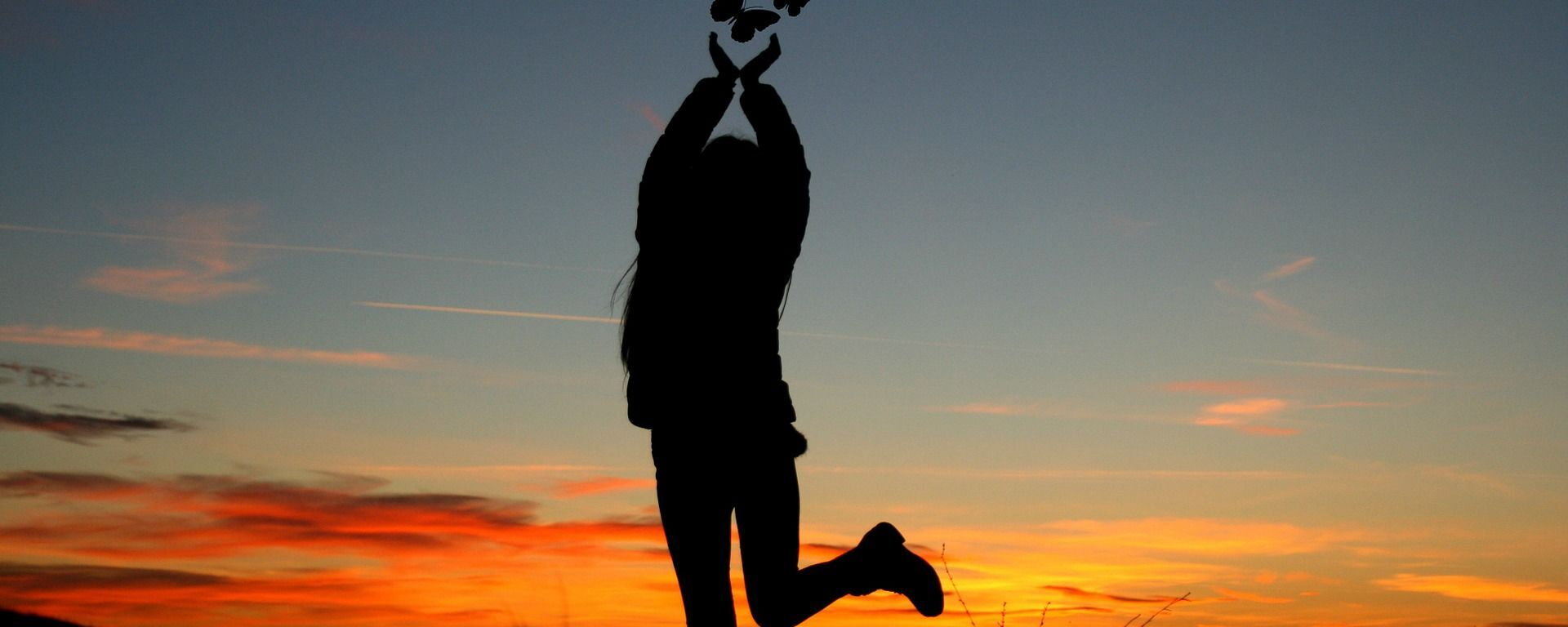 გოგონა ჩამავალი მზის ფონზე პეპლებით ხელში - Sputnik საქართველო, 1920, 20.05.2021