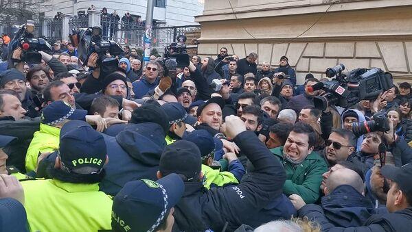 Драка на акции протеста у здания парламента Грузии 18 февраля 2020 - Sputnik Грузия
