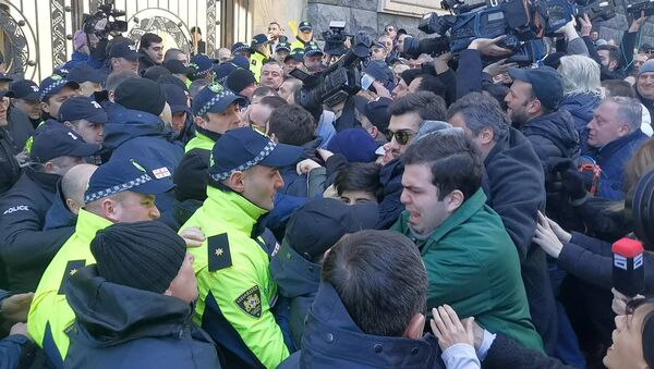 Новые стычки оппозиции с полицией у здания парламента Грузии - видео - Sputnik Грузия