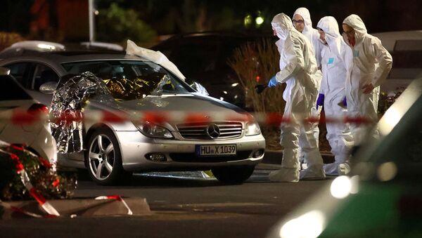 Судебные эксперты работают вокруг поврежденного автомобиля после стрельбы в Ханау под Франкфуртом - Sputnik Грузия