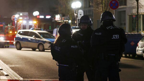 Полицейские охраняют район после стрельбы в Ханау под Франкфуртом - Sputnik Грузия