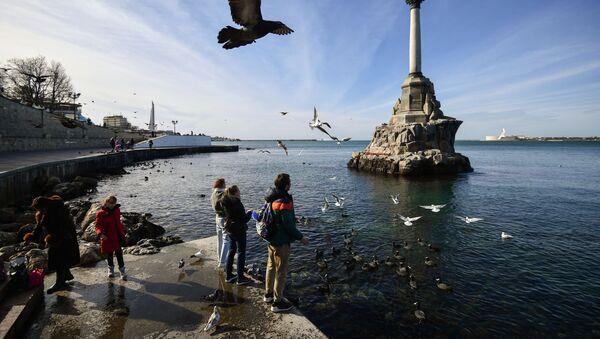 На набережной в Севастополе у памятника Затопленным кораблям - Sputnik Грузия