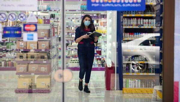 Сотрудник аптеки в маске. Население Грузии защищается от коронавируса - Sputnik Грузия