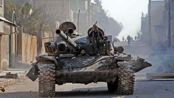 Сирийские истребители, поддерживаемые Турцией, едут на танке в городе Саракиб в восточной части провинции Идлиб на северо-западе Сирии - Sputnik Грузия