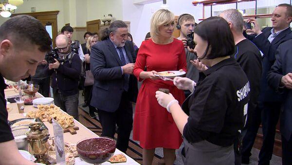 Масленица в стиле МИД: Мария Захарова угостила журналистов блинами - Sputnik Грузия