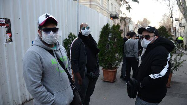 Туристы в масках на одной из улиц столицы Грузии - Sputnik Грузия