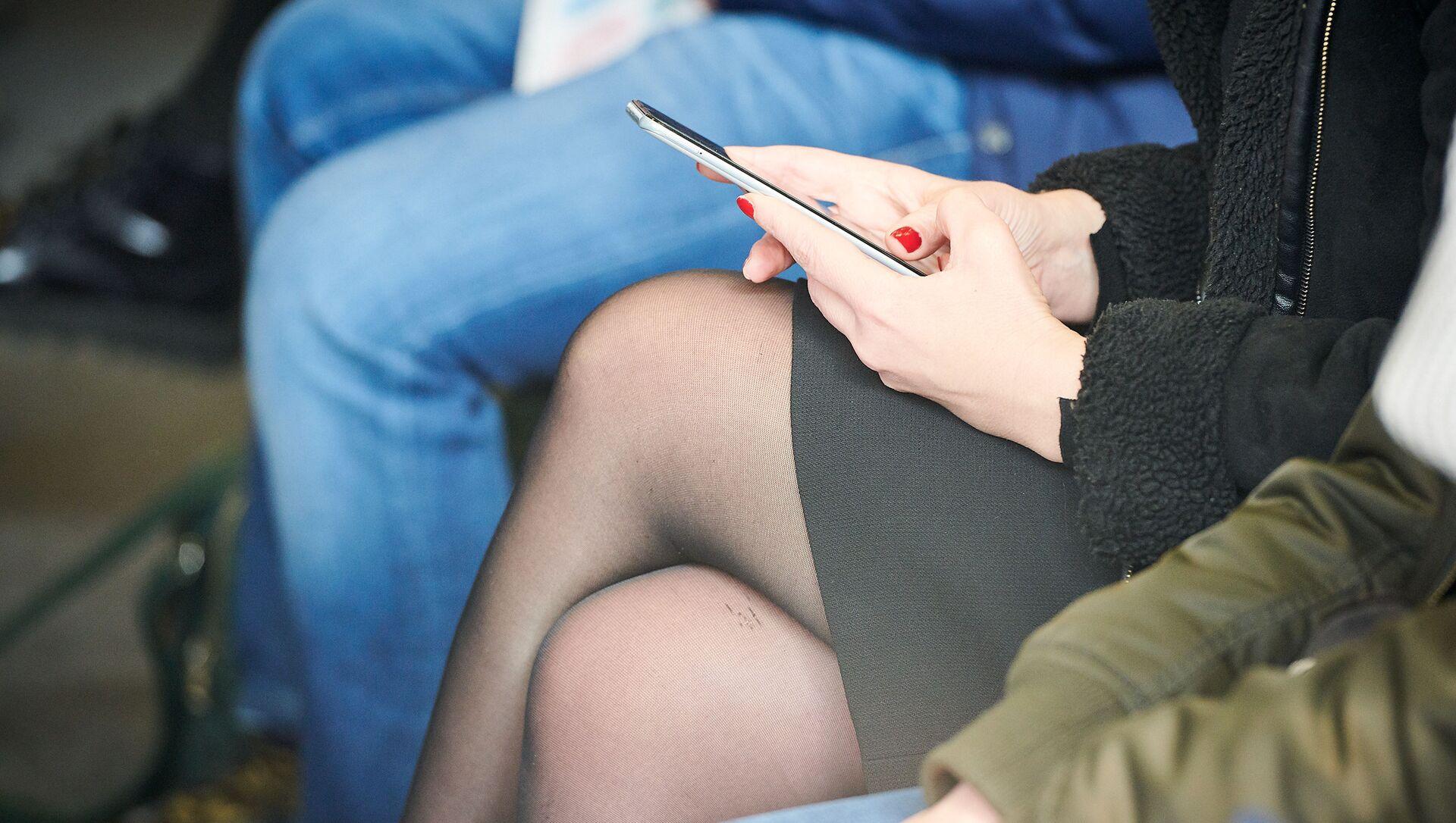 Женщина переписывается в социальных сетях с помощью смартфона - Sputnik Грузия, 1920, 03.02.2021