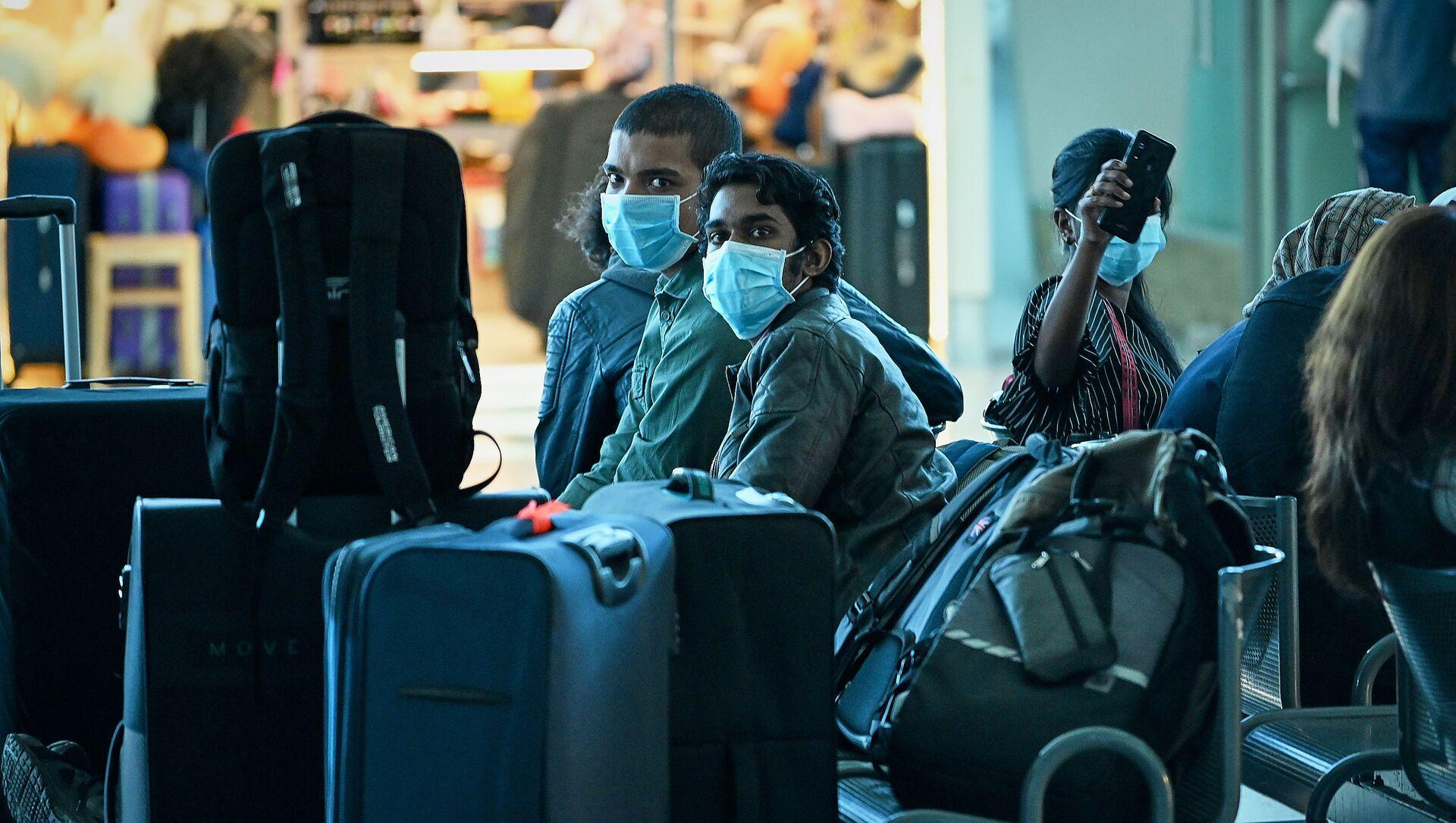Туристы в масках в зале ожидания в тбилисском аэропорту. Власти Грузии принимают меры против коронавируса - Sputnik Грузия, 1920, 14.04.2021