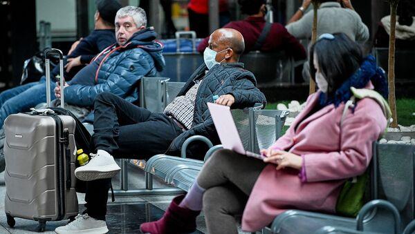 Туристы в масках в зале ожидания в тбилисском аэропорту. Власти Грузии принимают меры против коронавируса - Sputnik Грузия
