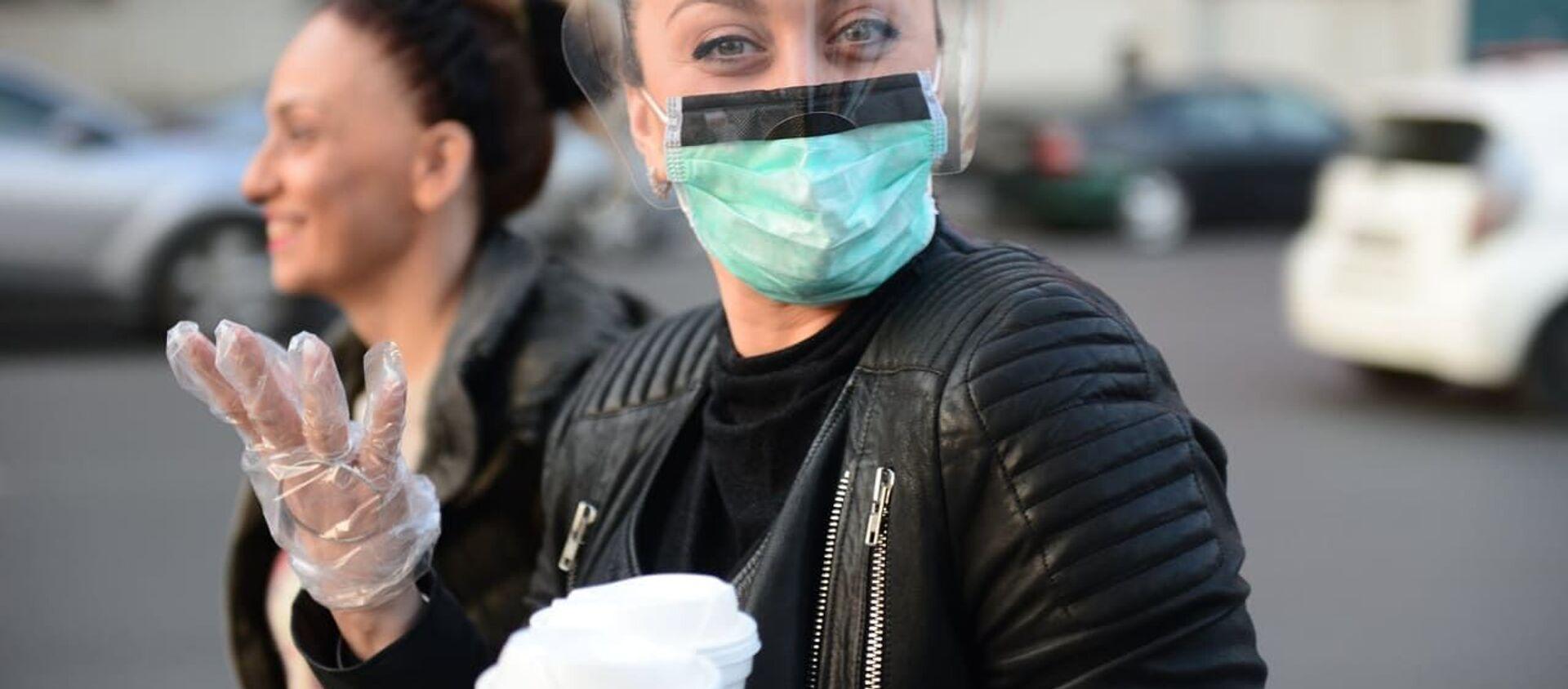 Женщина в медицинской защитной маске и перчатках во время мер по превенции коронавируса - Sputnik Грузия, 1920, 12.02.2021