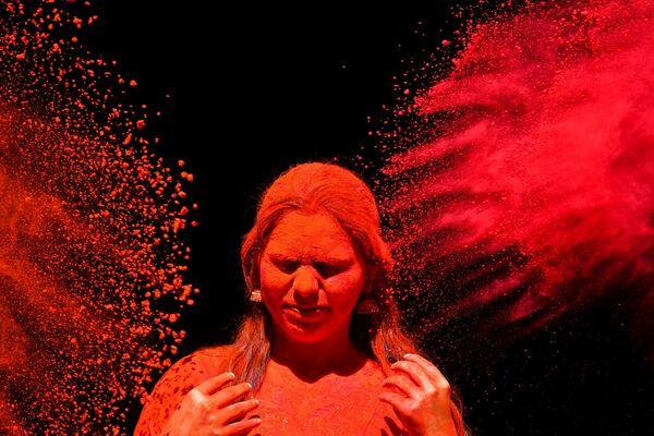 Праздник красок Холи упоминается в древних санскритских текстах и детально описывается в Ведах (сборник самых древних священных писаний индуизма на санскрите)  - Sputnik Грузия
