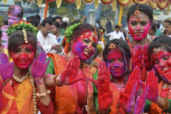 Праздник красок Холи очень красочен и многолик – это один из самых важных фестивалей в Индии, который празднуют по всей стране - Sputnik Грузия