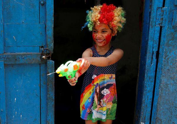 К празднику красок Холи готовиться начинают за несколько недель - стены зданий выкрашивают в яркие цвета, помещение украшают цветами, закупают цветную пудру, красители и специальные брызгалки для воды - Sputnik Грузия