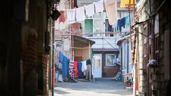 Белье сушится в итальянском дворе в старом городе. Тбилисские традиции и обычаи - Sputnik Грузия