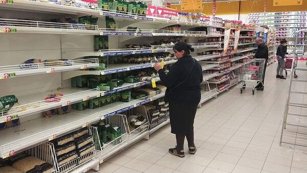 Пустые полки в одном из тбилисских гипермаркетов после паники на фоне сообщений о коронавирусе  - Sputnik Грузия