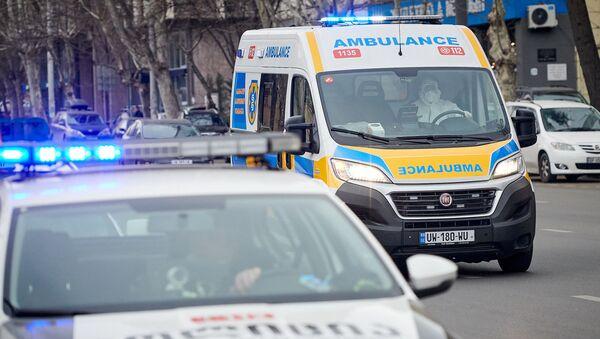 Бригада Скорой медицинской помощи 112 доставляет больных коронавирусом в инфекционную больницу - Sputnik Грузия