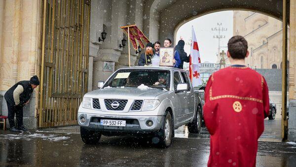 Священнослужители освящают святой водой улицы грузинской столицы - Sputnik Грузия