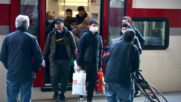 Люди в масках выходят из пассажирского поезда Stadler. В Грузии пытаются остановить распространение коронавируса - Sputnik Грузия