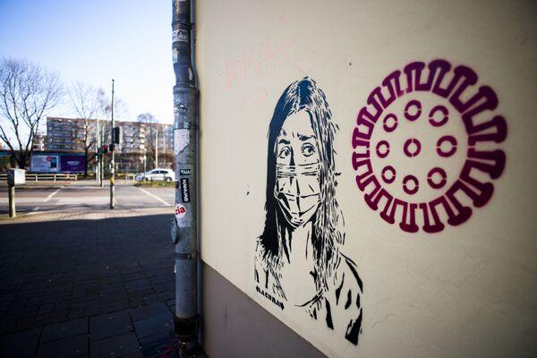 Автор фрески, появившейся на стене в берлинском районе Пренцлауэр-Берг, попытался выразить страх горожан перед новым COVID-19 - Sputnik Грузия