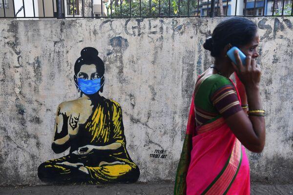 В наши дни даже Будда не пренебрегает защитной маской. В этом убежден уличный художник из Мумбаи - Sputnik Грузия