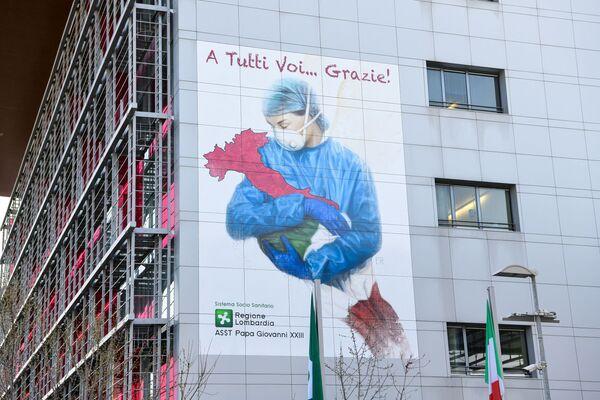 На стене больницы имени Папы Джованни XXIII в Бергамо художник изобразил медсестру, бережно держащую на руках Италию - Sputnik Грузия
