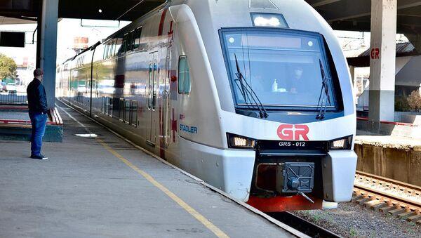 Двухэтажный пассажирский поезд Stadler на тбилисском железнодорожном вокзале - Sputnik Грузия
