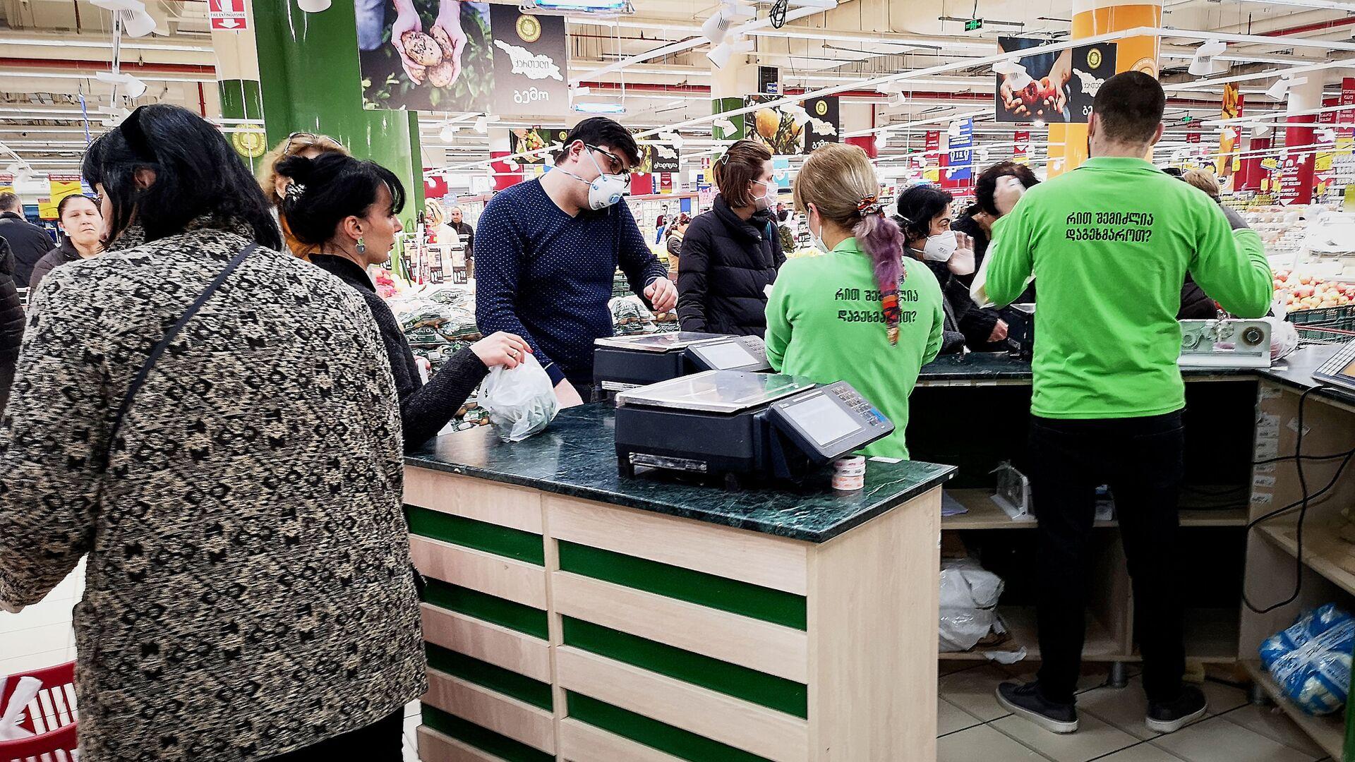 Покупатели в масках в супермаркете. Власти страны борются с коронавирусом - Sputnik Грузия, 1920, 04.09.2021