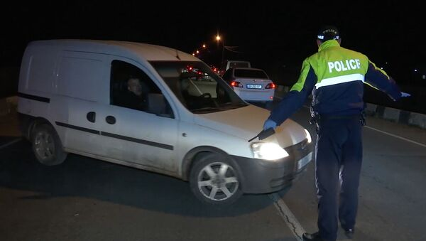 Карантин в районе Марнеули из-за коронавируса. Блокпост на дороге - полиция разворачивает автомобили - Sputnik Грузия