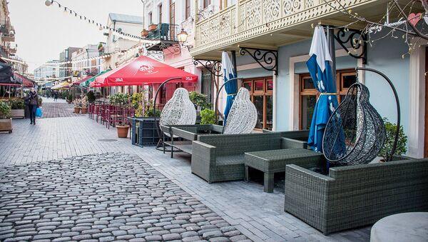 Закрытые кафе и рестораны в квартале Новый Тифлис в Тбилиси. Туристов нигде не видно. В Грузии борются с коронавирусом - Sputnik Грузия