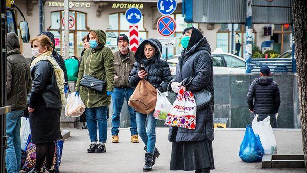 Жители Тбилиси на автобусной остановке в масках. В Грузии борются с коронавирусом - Sputnik Грузия