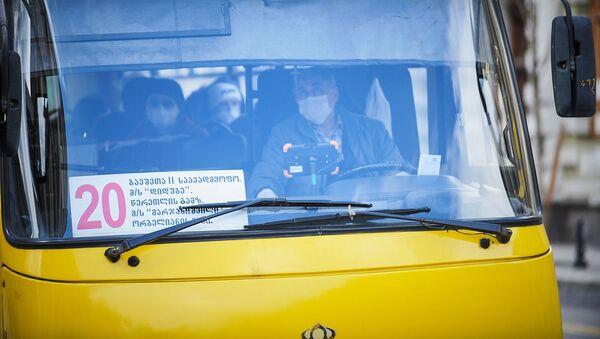 ავტობუსის მძღოლი და მგზავრები პირბადეებით - Sputnik საქართველო