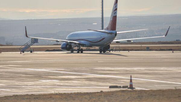 Пассажирские самолеты на стоянке на аэродроме в тбилисском международном аэропорту - Sputnik Грузия