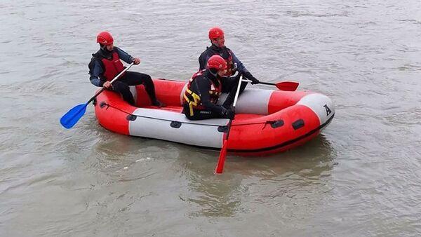 Спасатели в лодке на реке Риони - Sputnik Грузия