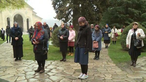 Новые правила поведения в грузинских храмах - верующие соблюдают дистанцию - Sputnik Грузия