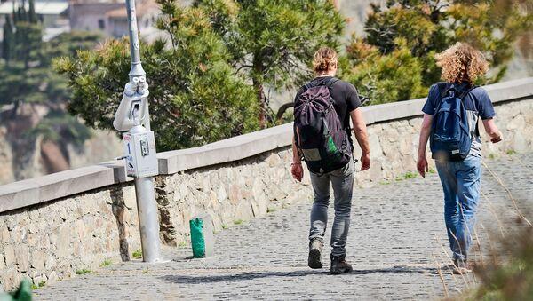 Редкие туристы идут по аллее Сололаки в сторону станции канатной дороги. В Грузии введен режим ЧП и карантин - Sputnik Грузия