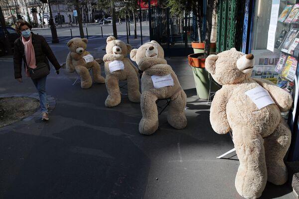 Демонстрация социального дистанцирования на примере плюшевых медведей в связи с коронавирусом в Париже, Франция - Sputnik Грузия