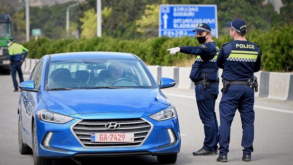 Полицейские на блокпосту на въезде в столицу Грузии со стороны Мцхета. В Грузии введен карантин и комендантский час из-за коронавируса - Sputnik Грузия