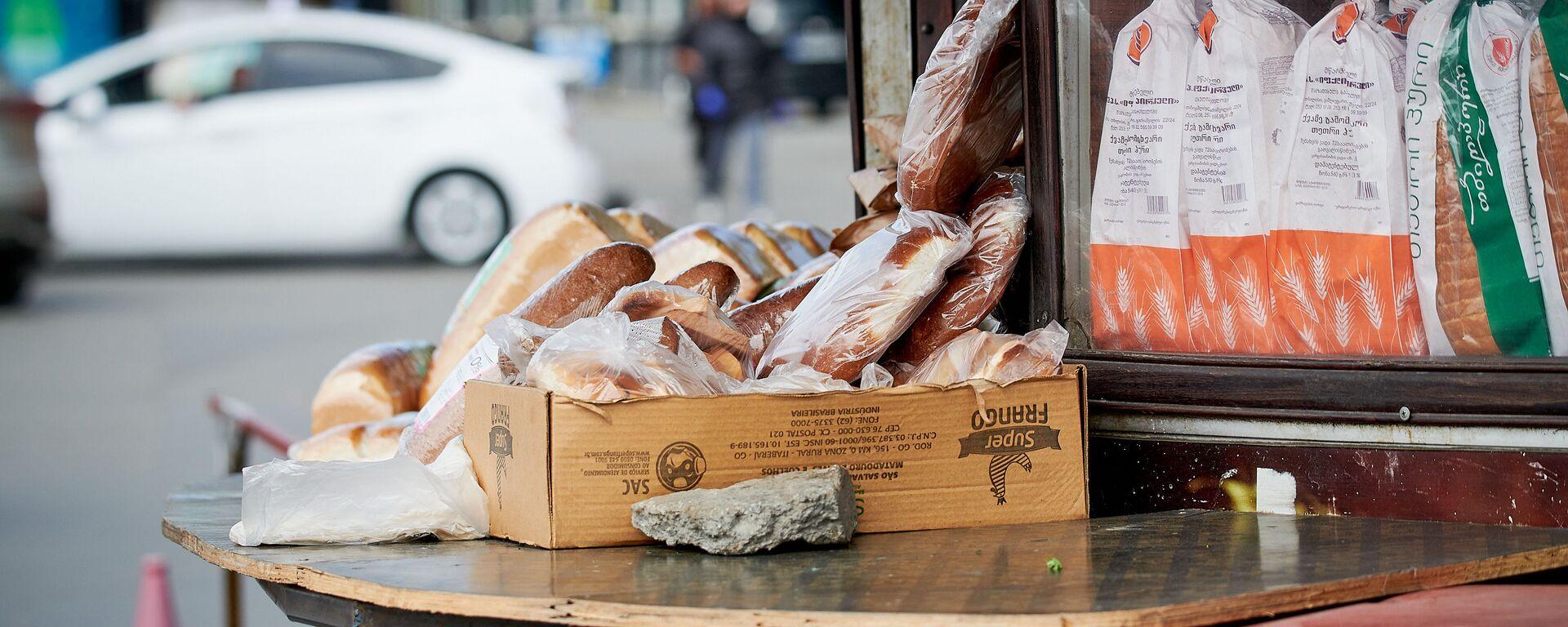 Хлеб в уличном киоске на рынке - Sputnik Грузия, 1920, 04.08.2021