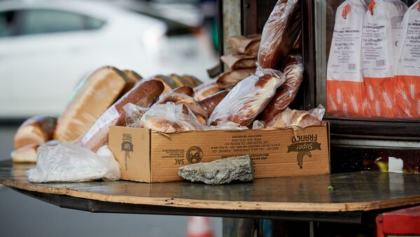 Хлеб в уличном киоске на рынке - Sputnik Грузия
