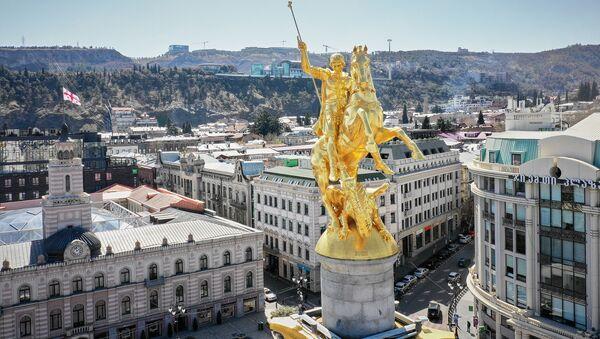 Пустые улицы Тбилиси во время карантина. Памятник Святому Георгию на площади Свободы. В Грузии борются с коронавирусом - Sputnik Грузия