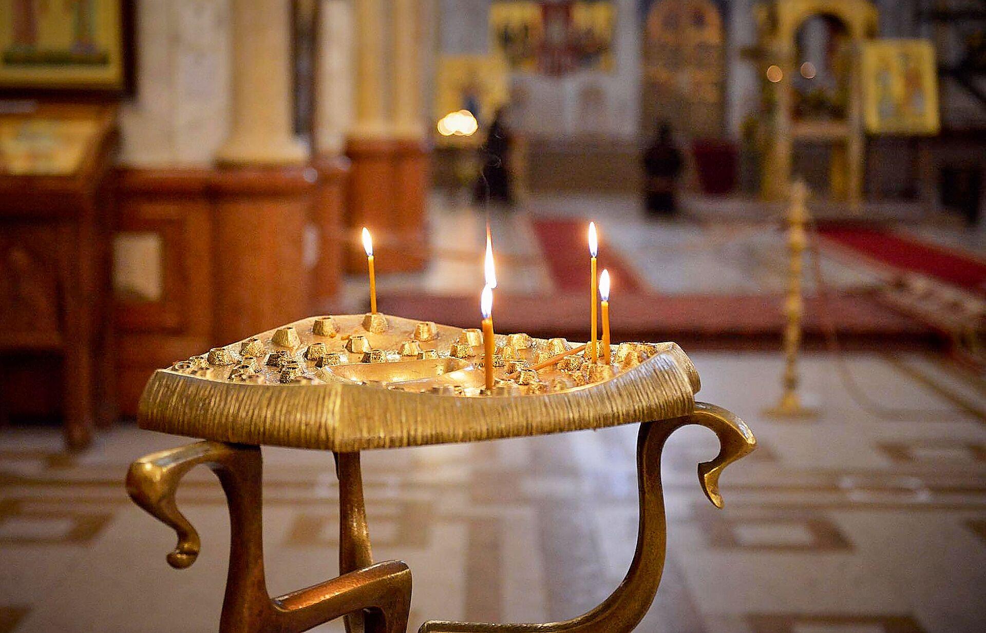 Горящие свечи в храме. Кафедральный собор Святой Троицы Самеба во время карантина - Sputnik Грузия, 1920, 06.09.2021