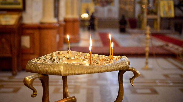 Горящие свечи в храме. Кафедральный собор Святой Троицы Самеба во время карантина - Sputnik Грузия