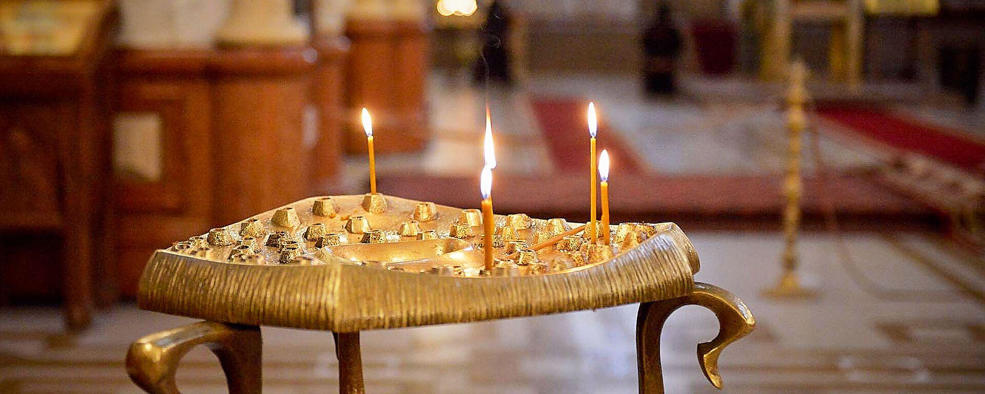 Горящие свечи в храме. Кафедральный собор Святой Троицы Самеба во время карантина - Sputnik Грузия, 1920, 26.10.2020