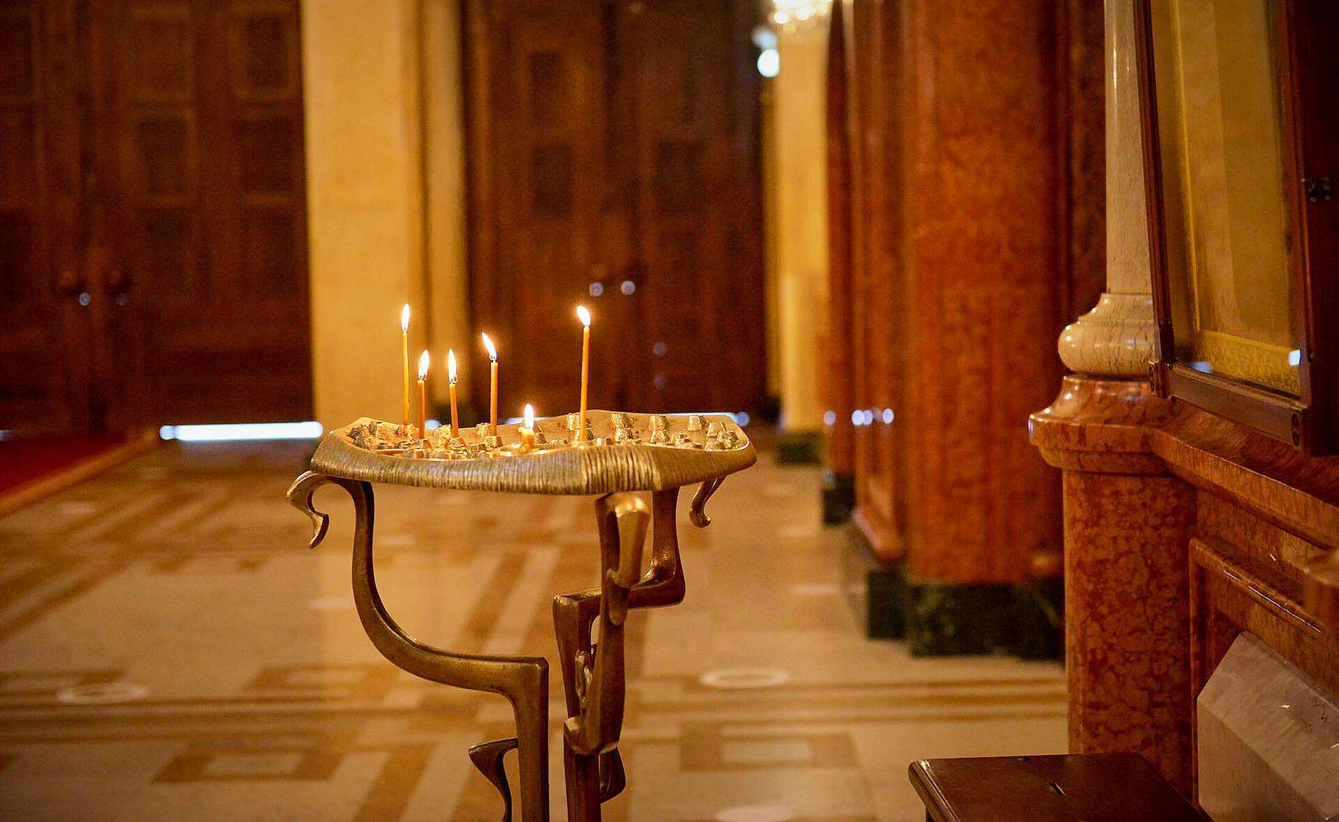 Горящие свечи в храме. Кафедральный собор Святой Троицы Самеба во время карантина - Sputnik Грузия, 1920, 23.09.2021