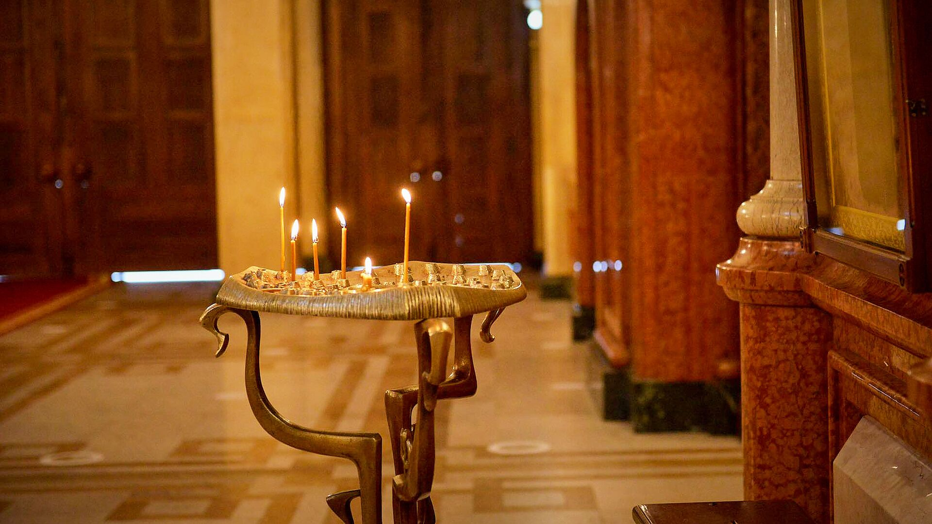 Горящие свечи в храме. Кафедральный собор Святой Троицы Самеба во время карантина - Sputnik Грузия, 1920, 01.10.2021