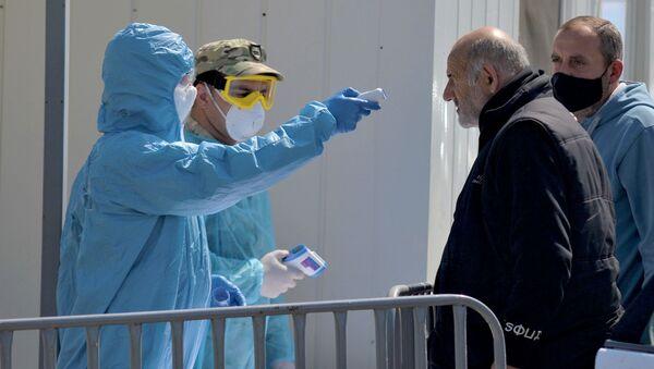 Военные врачи на блокпосту в Рустави измеряют температуру жителям. В Грузии введен карантин и комендантский час из-за коронавируса - Sputnik Грузия