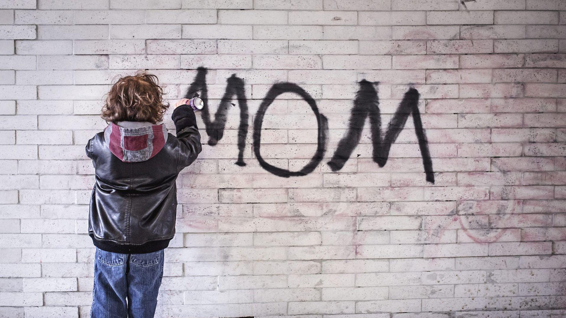 """პატარა ბიჭუნა კედელზე წერს სიტყვას """"დედა"""" - Sputnik საქართველო, 1920, 05.04.2021"""