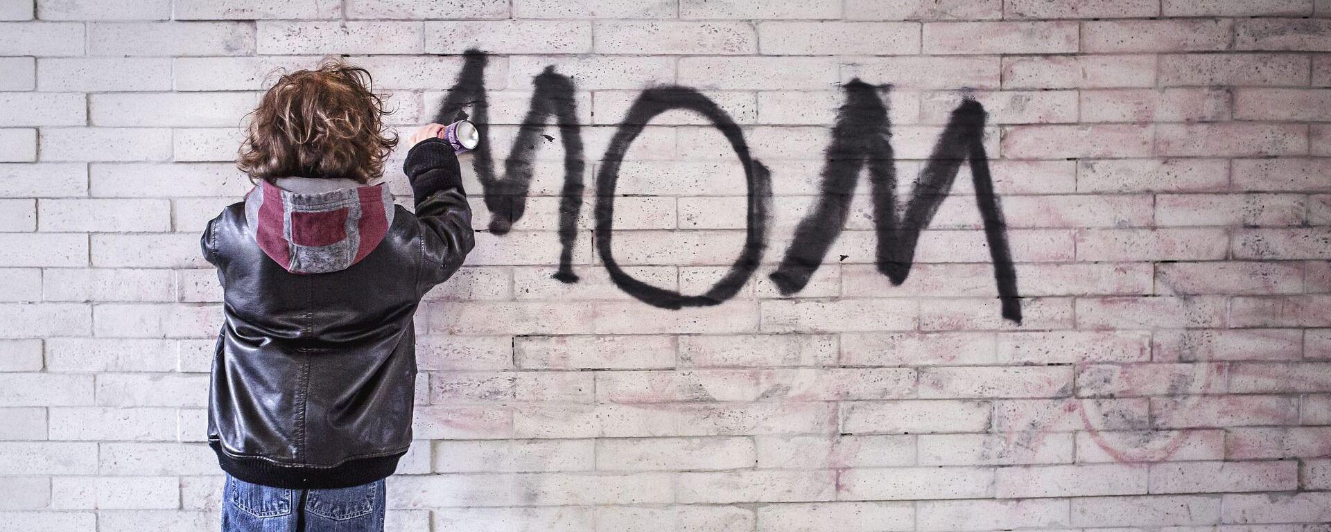 """პატარა ბიჭუნა კედელზე წერს სიტყვას """"დედა"""" - Sputnik საქართველო, 1920, 01.07.2021"""