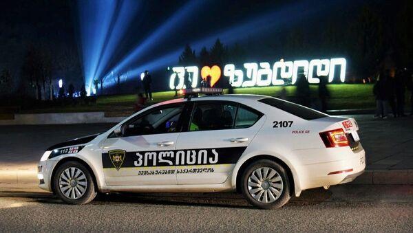 Машина патрульной полиции в Зугдиди. В Грузии борются с коронавирусом - Sputnik Грузия